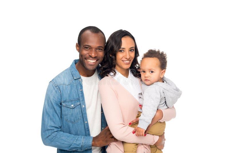 gelukkige Afrikaanse Amerikaanse familie met één kind die bij camera glimlachen stock foto's