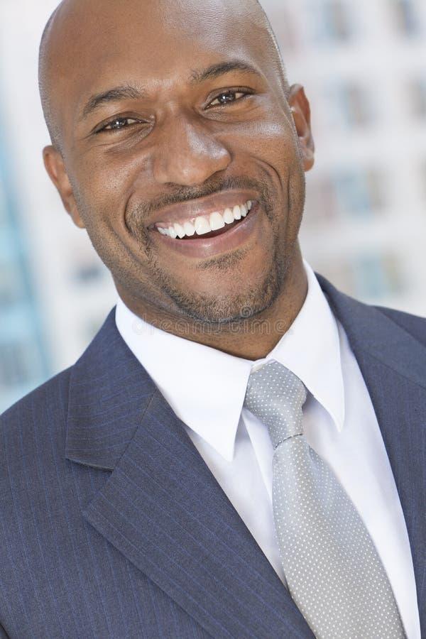Gelukkige Afrikaanse Amerikaanse Mens of Zakenman royalty-vrije stock fotografie