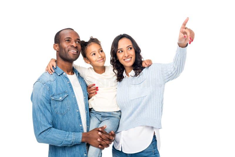 gelukkige Afrikaanse Amerikaanse met vinger richten en familie die weg kijken royalty-vrije stock afbeeldingen