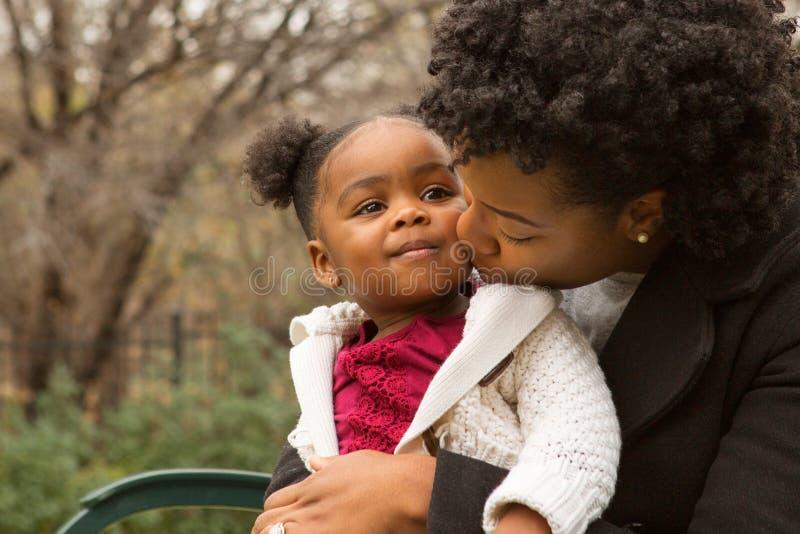 Gelukkige Afrikaanse Amerikaanse moeder en haar daugher stock afbeeldingen