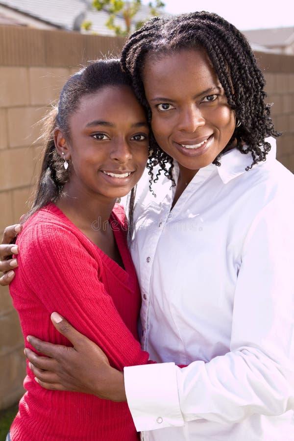 Gelukkige Afrikaanse Amerikaanse moeder en haar daugher stock foto