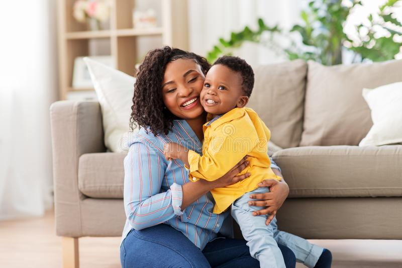 Gelukkige Afrikaanse Amerikaanse moeder met baby thuis stock foto's