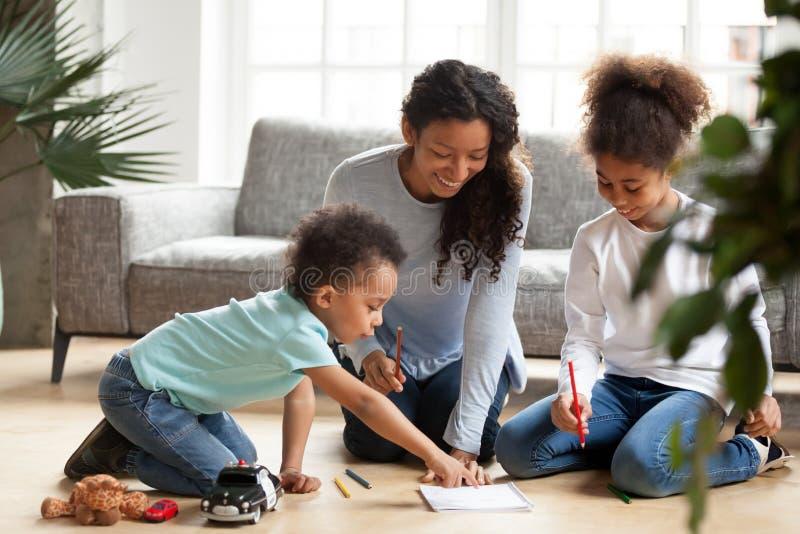 Gelukkige Afrikaanse Amerikaanse moedertekening met kinderen royalty-vrije stock afbeeldingen