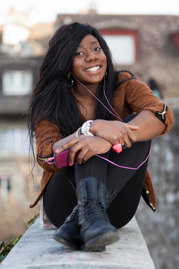 Gelukkige Afrikaanse Amerikaanse tiener listenin royalty-vrije stock afbeelding