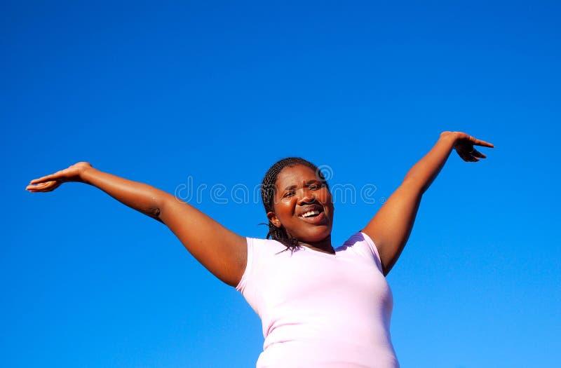 Gelukkige Afrikaanse Amerikaanse vrouw stock foto's