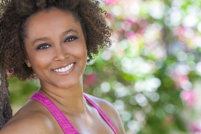 Gelukkige Afrikaanse Amerikaanse Vrouw die buiten glimlachen stock foto