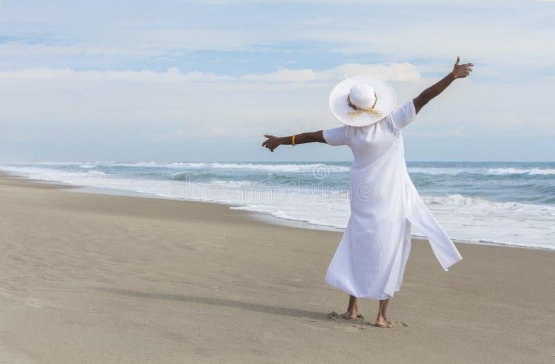 Gelukkige Afrikaanse Amerikaanse Vrouw die op Strand danst stock fotografie