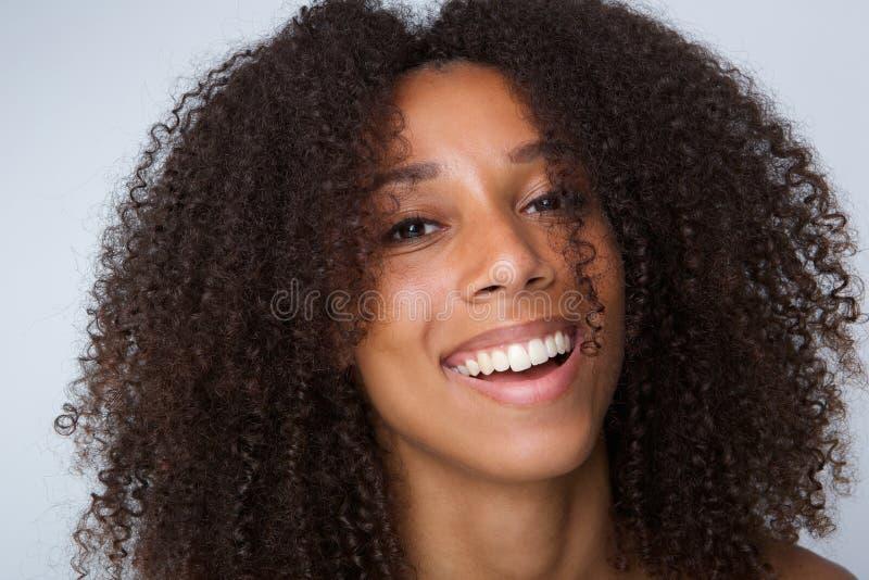 Gelukkige Afrikaanse Amerikaanse vrouw met het krullende haar lachen royalty-vrije stock afbeeldingen