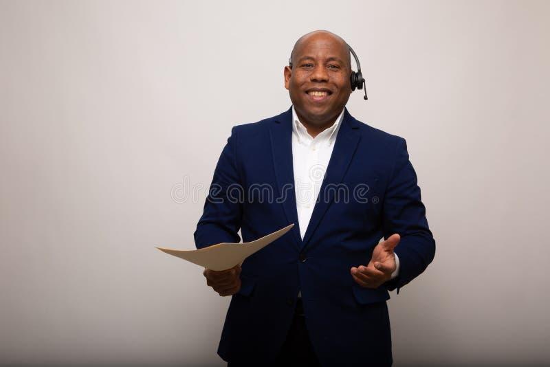 Gelukkige Afrikaanse Amerikaanse Zakenman Holding File stock afbeeldingen
