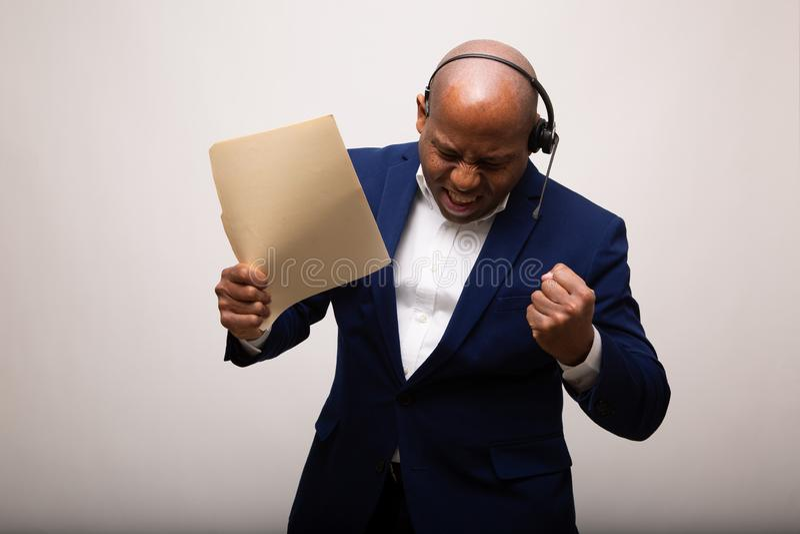 Gelukkige Afrikaanse Amerikaanse Zakenman Holds Up File stock foto's