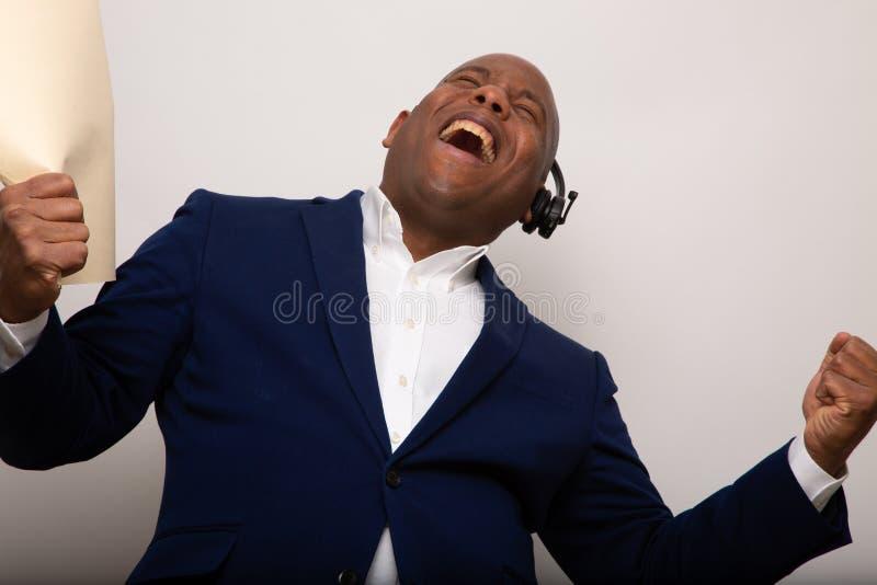 Gelukkige Afrikaanse Amerikaanse Zakenman Holds Up File royalty-vrije stock afbeeldingen