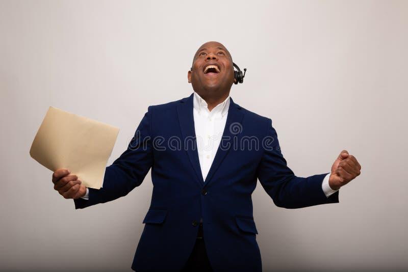 Gelukkige Afrikaanse Amerikaanse Zakenman Holds Up File stock afbeelding