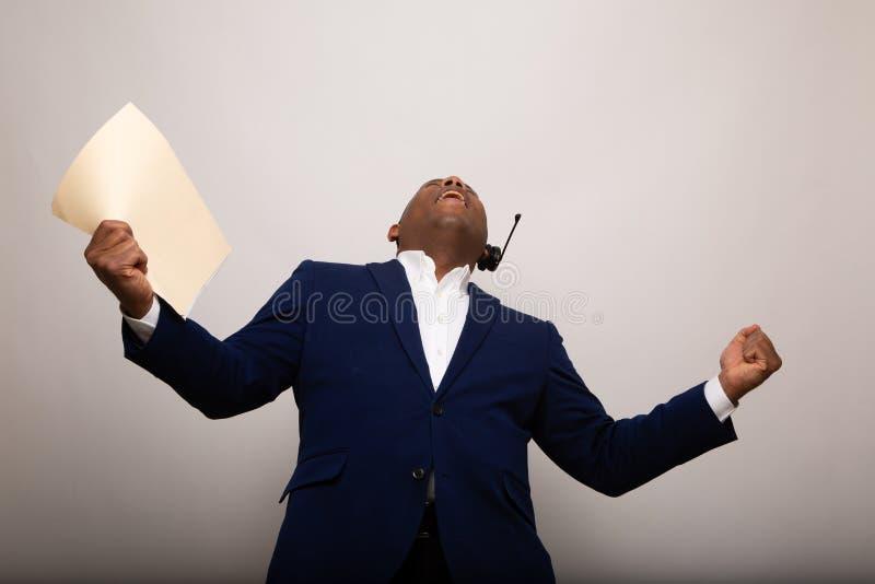 Gelukkige Afrikaanse Amerikaanse Zakenman Holds Up File royalty-vrije stock afbeelding