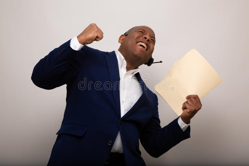 Gelukkige Afrikaanse Amerikaanse Zakenman Holds Up File stock fotografie