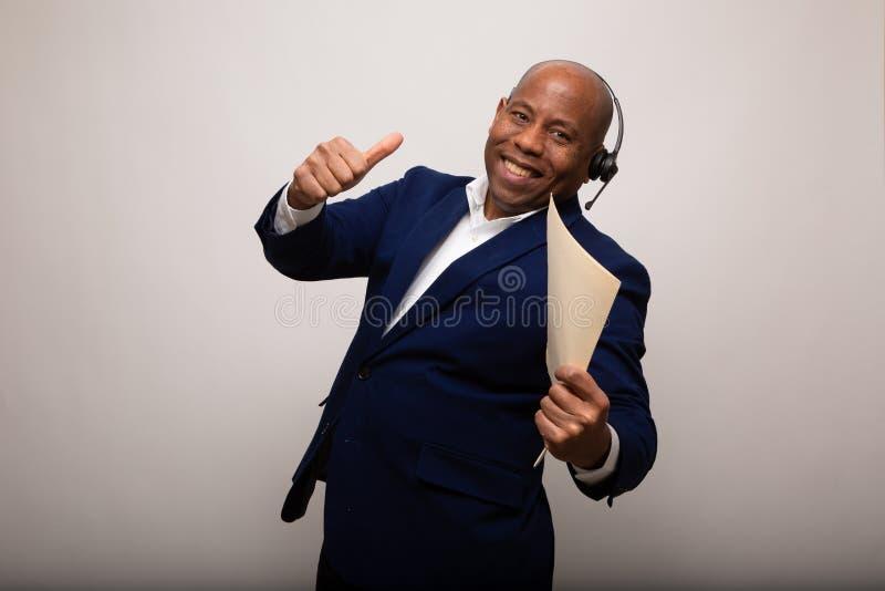 Gelukkige Afrikaanse Amerikaanse Zakenman With Thumbs Up die Dossier tonen royalty-vrije stock fotografie