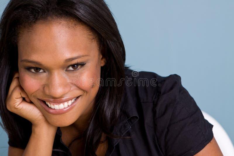 Gelukkige Afrikaanse Amerikaanse zekere vrouw stock foto's
