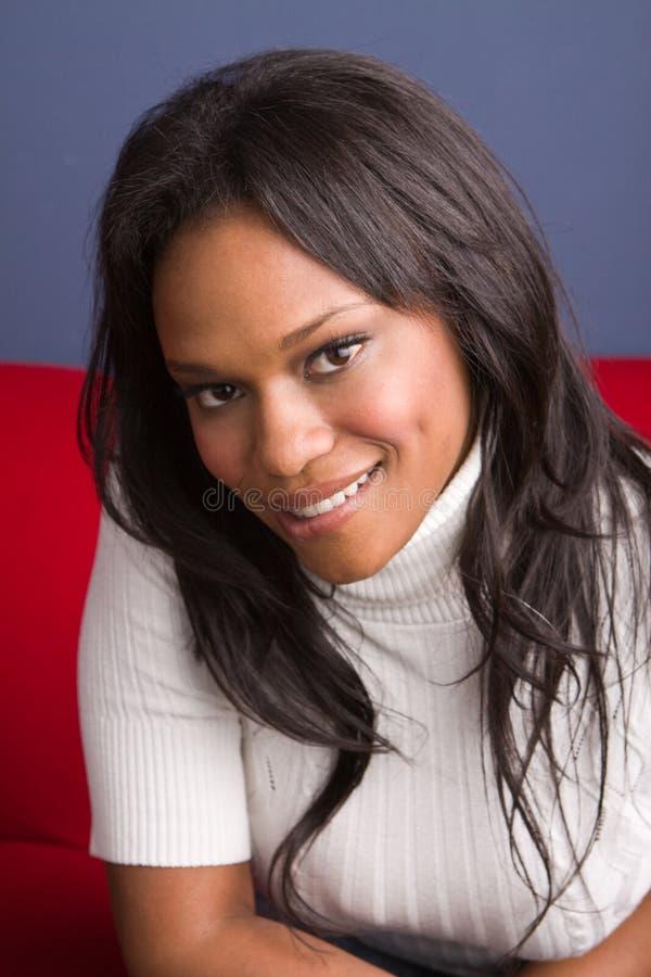 Gelukkige Afrikaanse Amerikaanse zekere vrouw royalty-vrije stock foto's