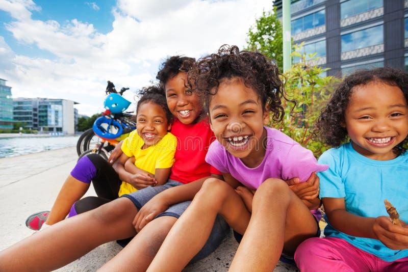 Gelukkige Afrikaanse kinderen die pret hebben samen openlucht royalty-vrije stock fotografie