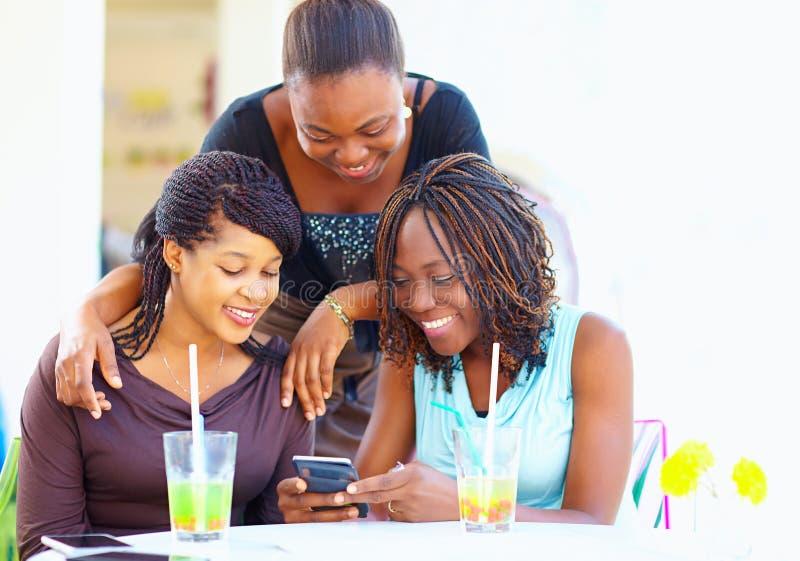Gelukkige Afrikaanse vrienden die in sociaal netwerk babbelen royalty-vrije stock foto