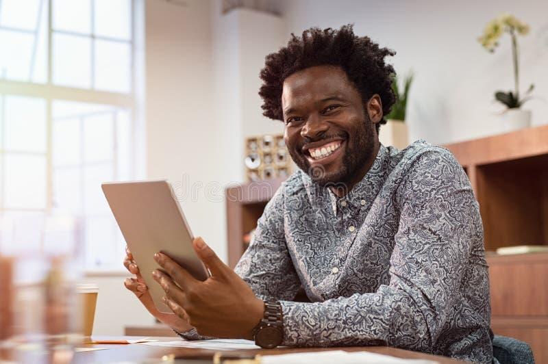 Gelukkige Afrikaanse zakenman in toevallig stock fotografie