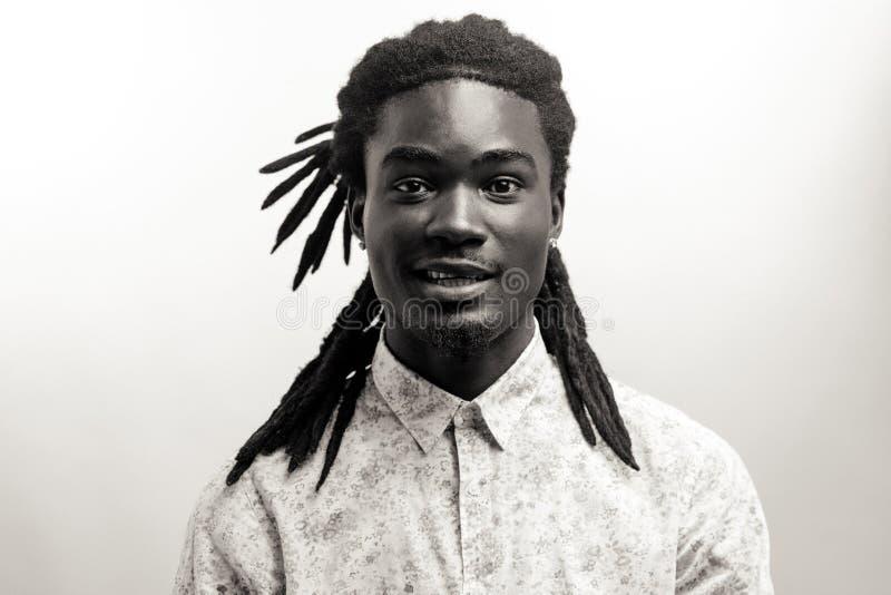 Gelukkige Afro-Amerikaanse mens die op witte studioachtergrond glimlachen Afrikaans Amerikaans mannelijk profielportret stock fotografie