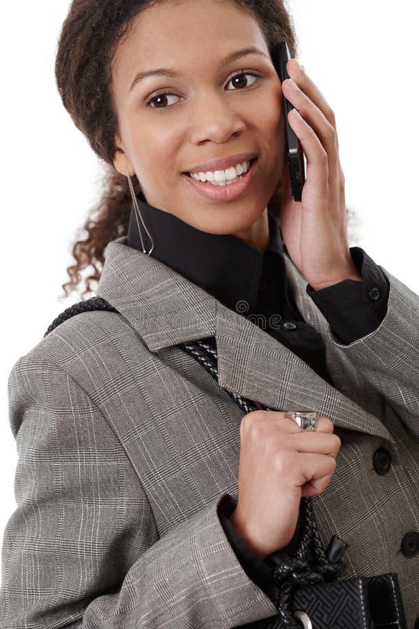 Gelukkige afroonderneemster op mobiel stock afbeeldingen