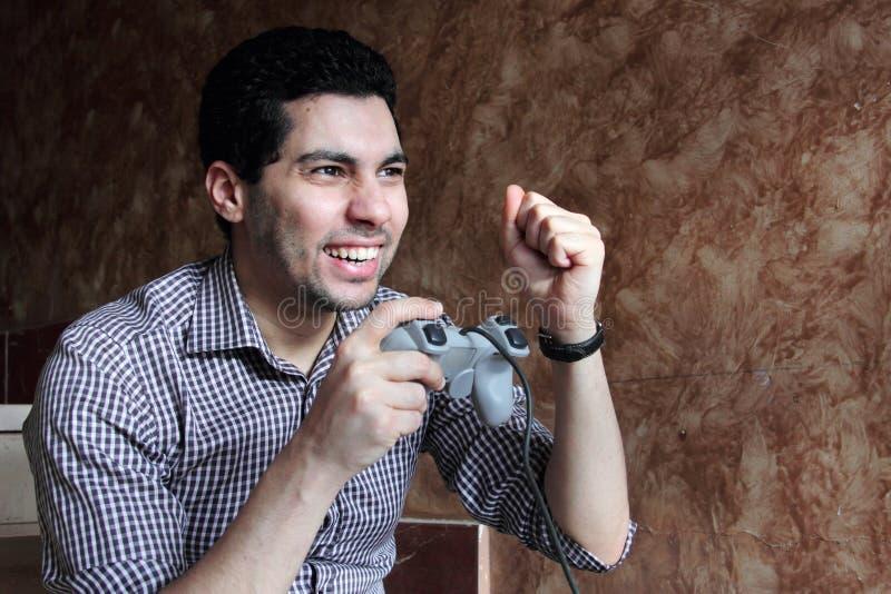 Gelukkige Arabische Egyptische zakenman speelplaystation royalty-vrije stock afbeelding