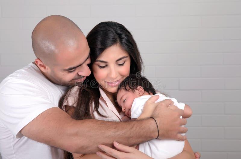 Gelukkige Arabische familie thuis stock afbeeldingen