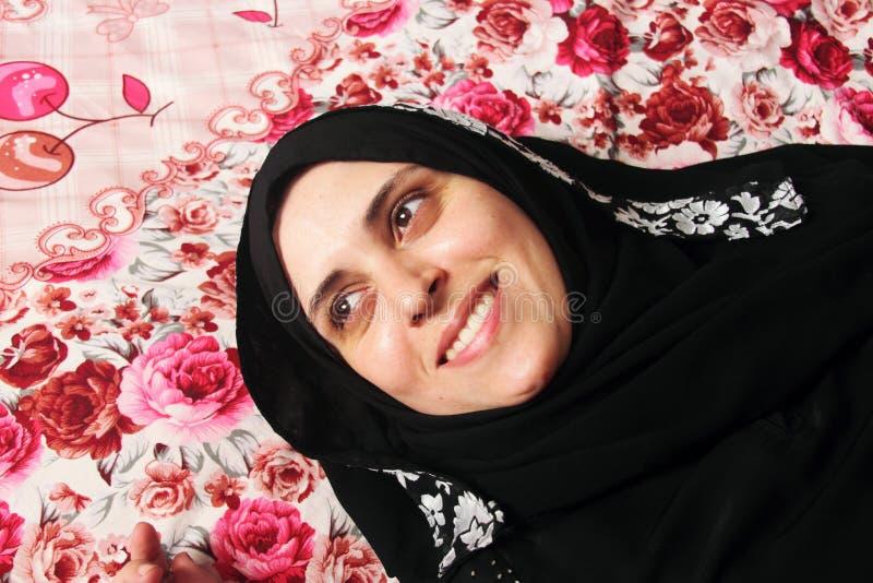 Gelukkige Arabische moslimvrouw royalty-vrije stock fotografie