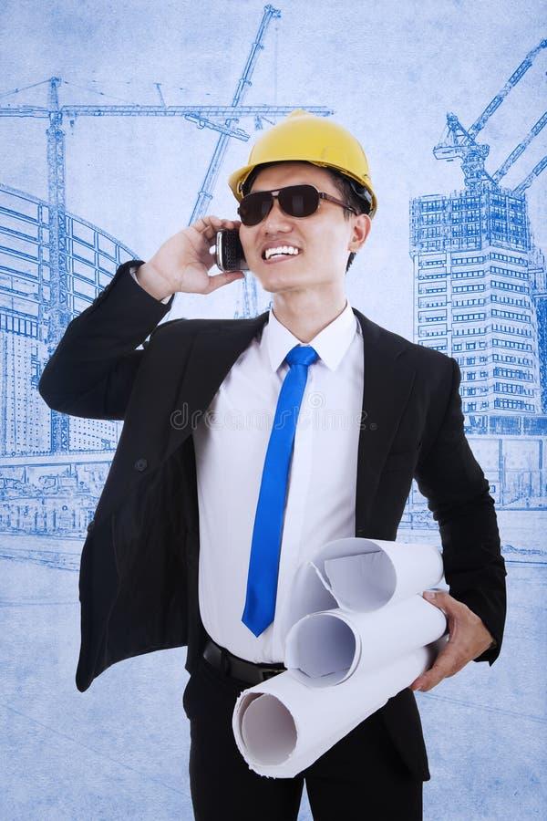 Download Gelukkige Architect Die Succesvol Project Uitnodigen Stock Afbeelding - Afbeelding bestaande uit volwassen, zakenman: 29509165