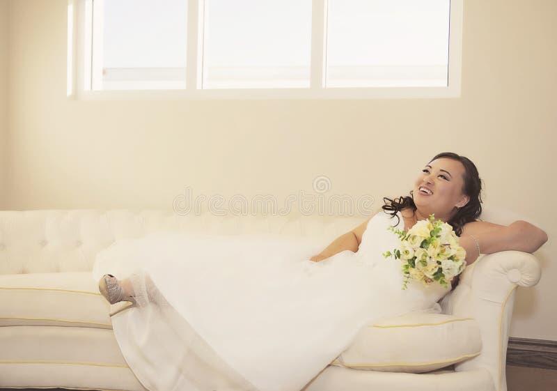 Gelukkige Aziatische bruid stock fotografie