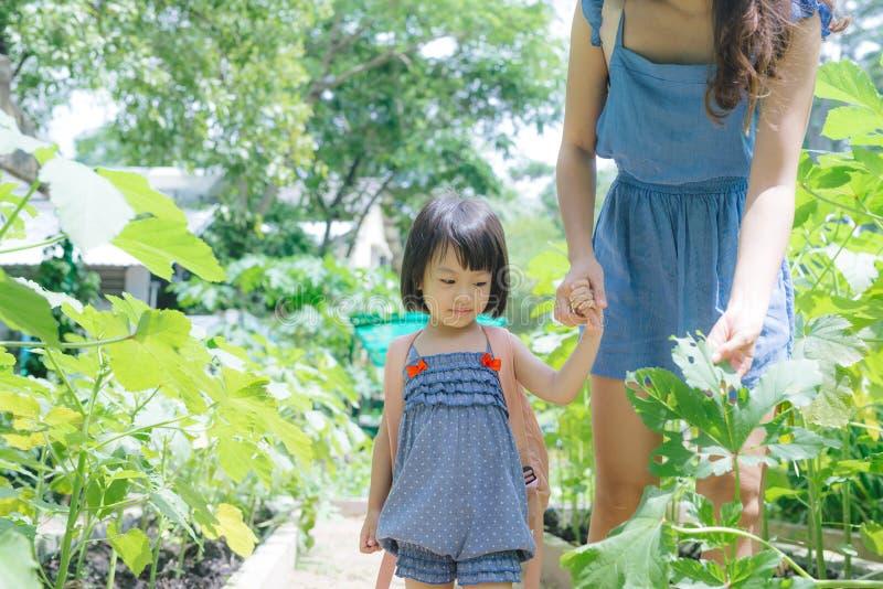 Gelukkige Aziatische dochter die met haar moeder tuinieren stock foto