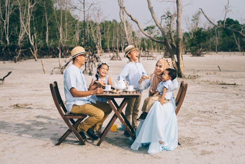 Gelukkige Aziatische familie die een goed ogenblik hebben van gelukpicknick openlucht royalty-vrije stock afbeeldingen