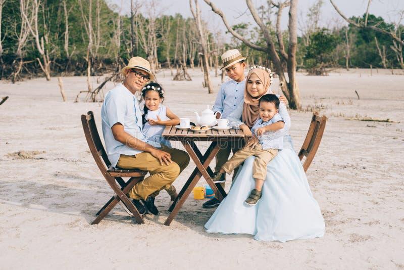 Gelukkige Aziatische familie die een goed ogenblik hebben van gelukpicknick openlucht royalty-vrije stock foto