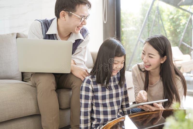 Gelukkige Aziatische familie het besteden tijd samen op bank in woonkamer Familie en huisconcept stock fotografie