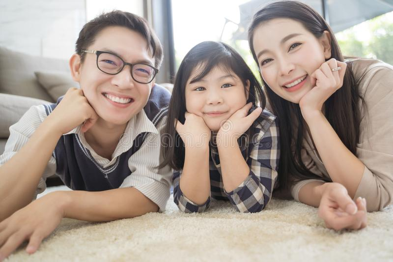 Gelukkige Aziatische familie het besteden tijd samen in woonkamer Familie en huisconcept stock afbeeldingen