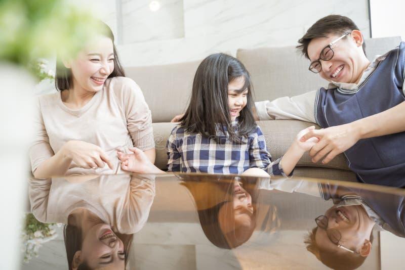 Gelukkige Aziatische familie het besteden tijd samen in woonkamer Familie en huisconcept royalty-vrije stock afbeeldingen
