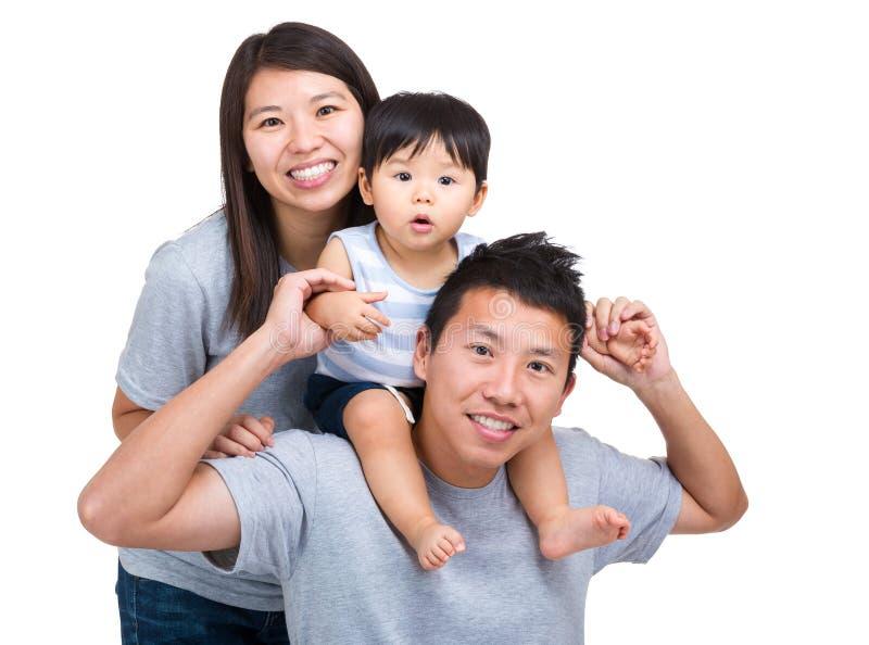 Gelukkige Aziatische familie met babyzoon royalty-vrije stock afbeeldingen