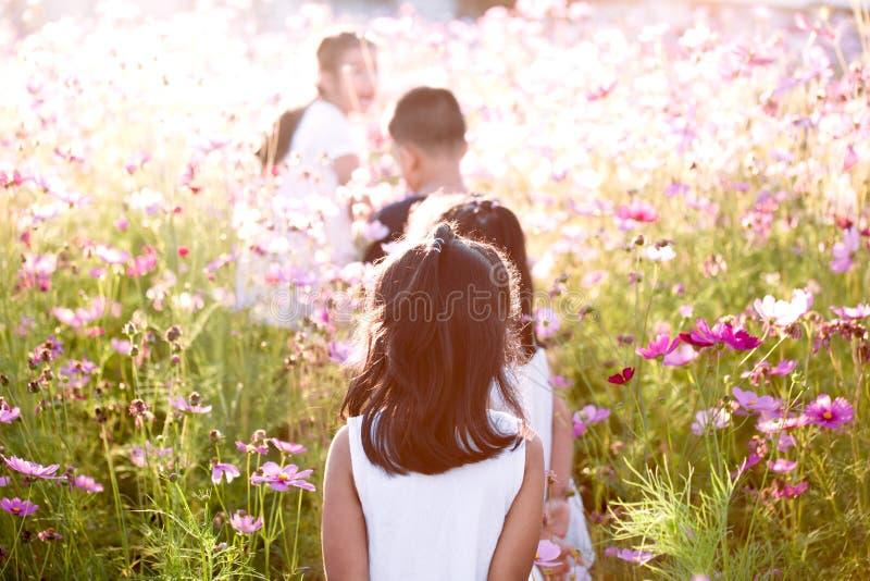 Gelukkige Aziatische kinderen die pret hebben samen in werking te stellen en te spelen royalty-vrije stock foto