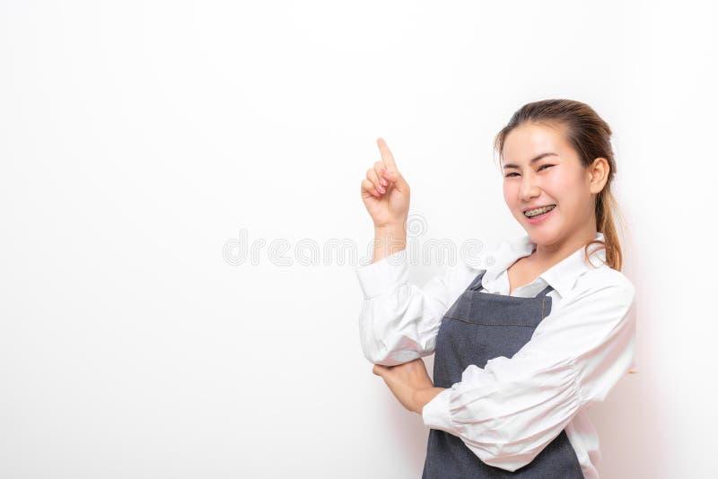 Gelukkige Aziatische kleine winkeleigenaar met schort royalty-vrije stock afbeelding