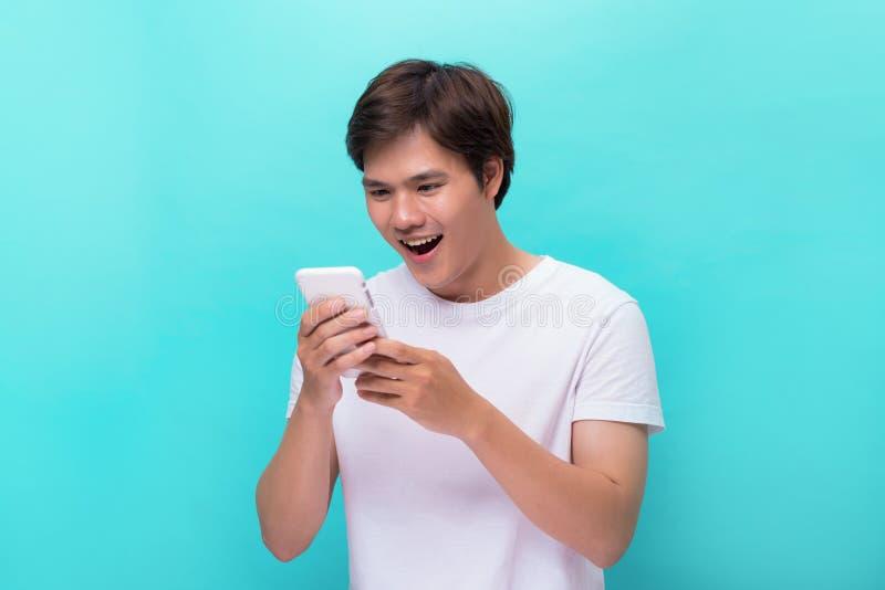 Gelukkige Aziatische mens die grappige teksten op mobiel lezen royalty-vrije stock foto's