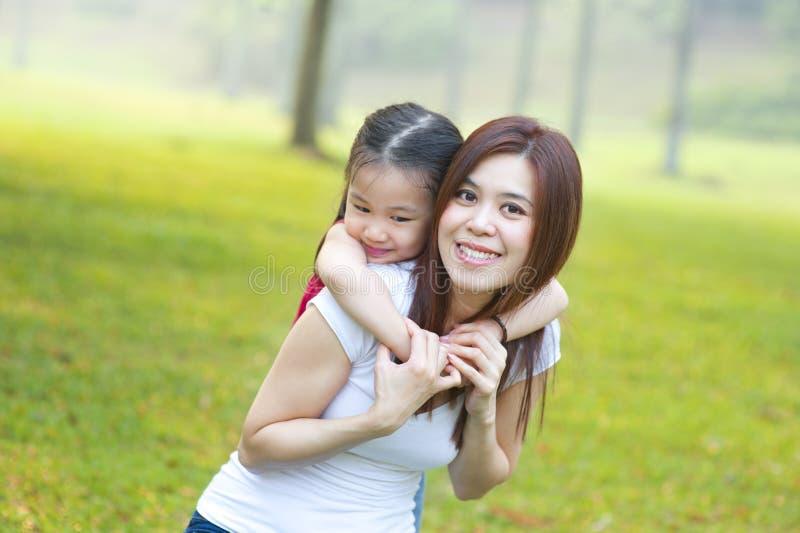 Gelukkige Aziatische moeder en dochter royalty-vrije stock foto's