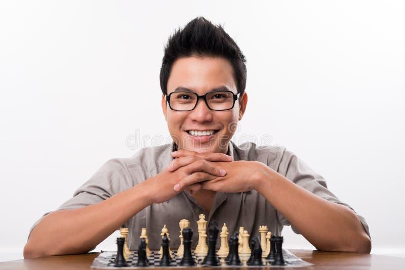 Gelukkige Aziatische schaakspeler royalty-vrije stock fotografie