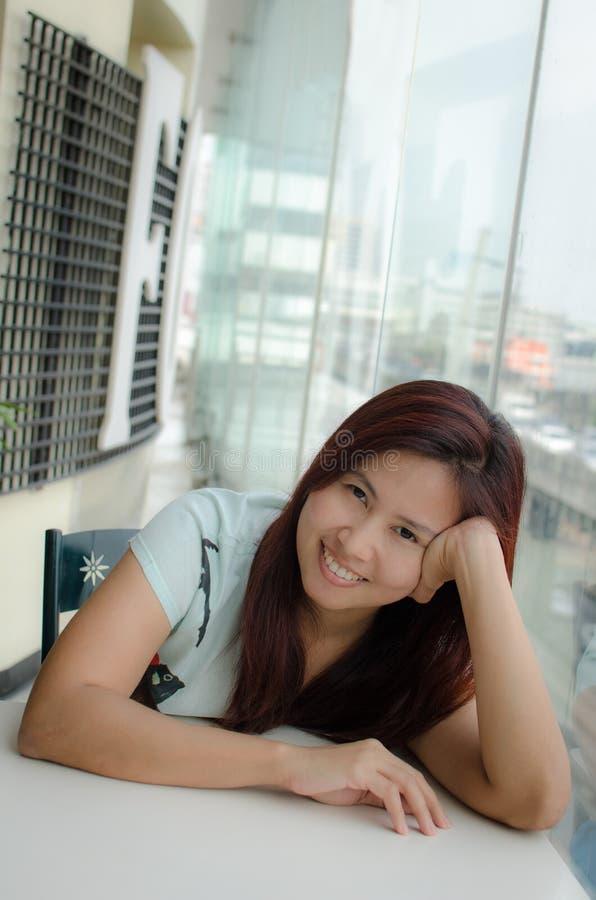 Gelukkige Aziatische vrouw royalty-vrije stock foto