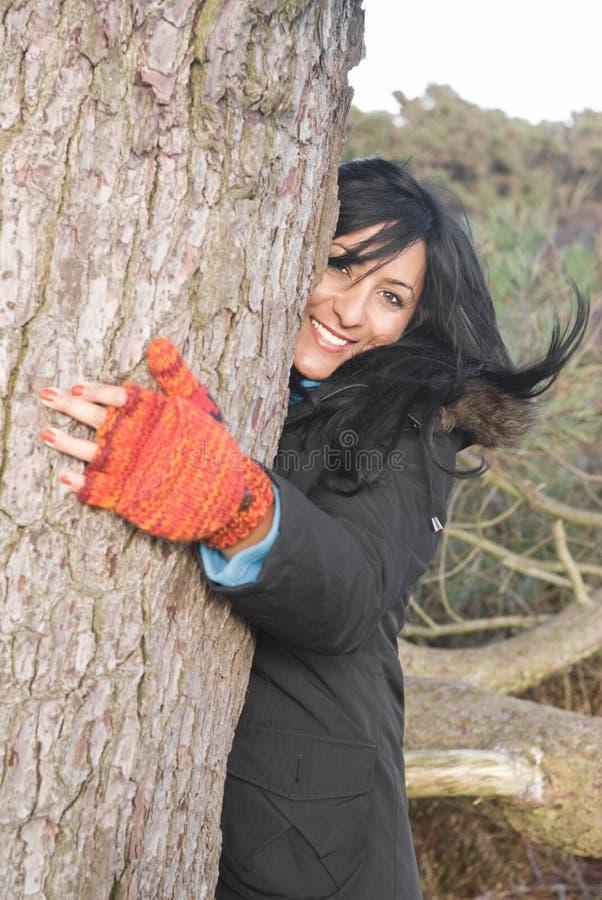 Gelukkige Aziatische vrouw die een boom koestert royalty-vrije stock foto's