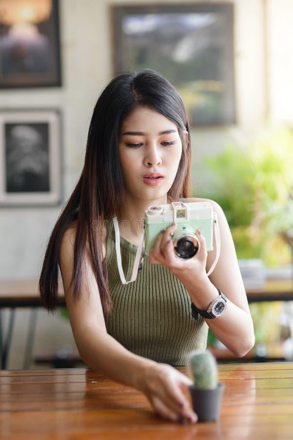 Gelukkige Aziatische vrouw die fotocactus nemen royalty-vrije stock foto's