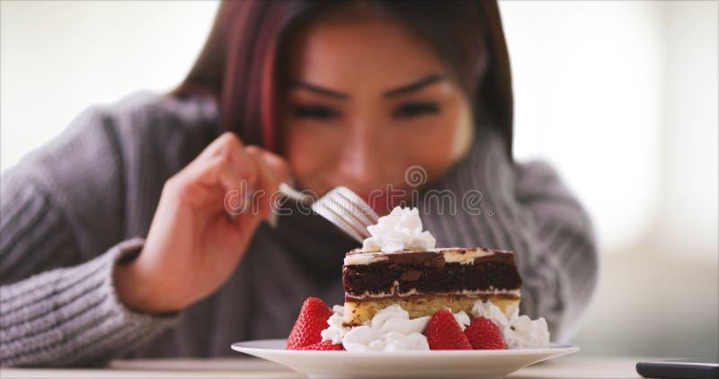 Gelukkige Aziatische vrouw die met cake thuis glimlachen royalty-vrije stock fotografie