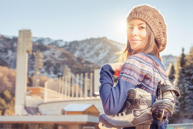 Gelukkige Aziatische vrouw die naar ijs openlucht schaatsen gaan royalty-vrije stock fotografie
