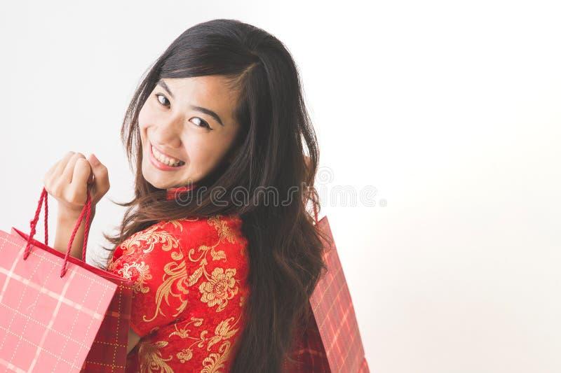 Gelukkige Aziatische vrouw die op Chinese nieuwe jaarviering winkelen royalty-vrije stock fotografie