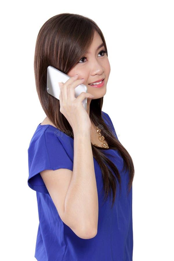 Gelukkige Aziatische vrouw die op telefoon omhoog kijken royalty-vrije stock fotografie